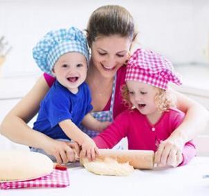 Niños y mamás a la cocina