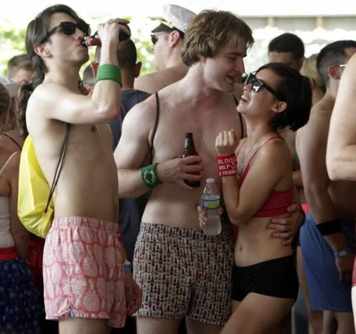 5c6695a9c3ed Fiesta para chicos y chicas en ropa interior-sin ropa - Uolala