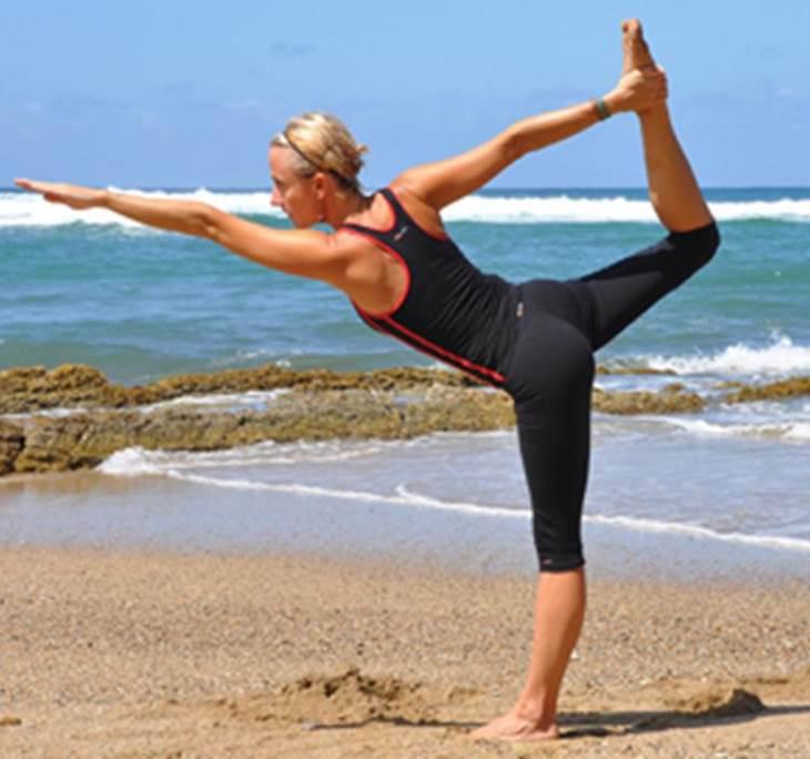 Clase yoga - posturas de pie- la elevación en asana - Uolala 99db7b3a4429